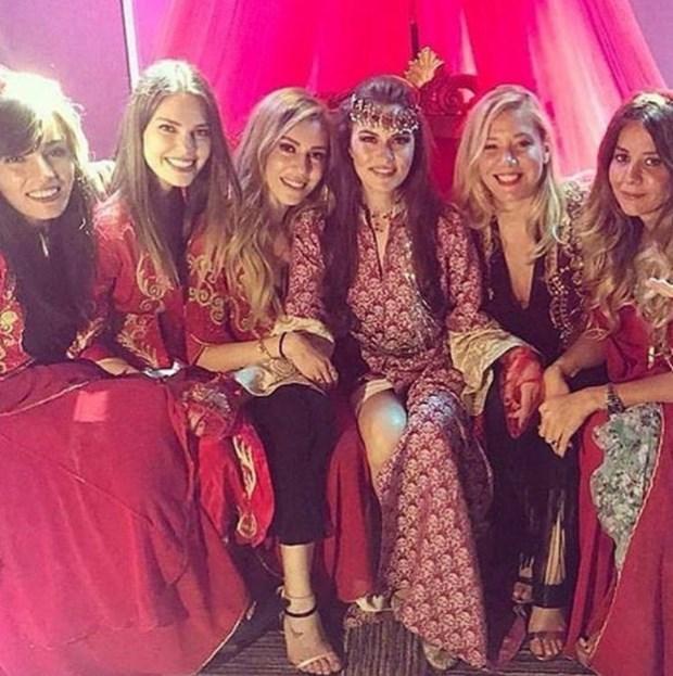 Noaptea de henna: Fahriye Evcen, Sinem Kobal, Ebru Akel și Aslı Enver