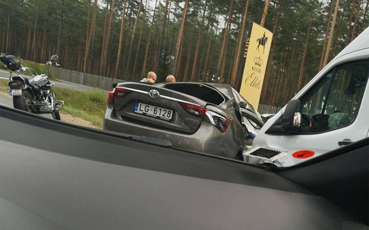 Četri cilvēki cietuši smagā avārijā uz Tallinas šosejas
