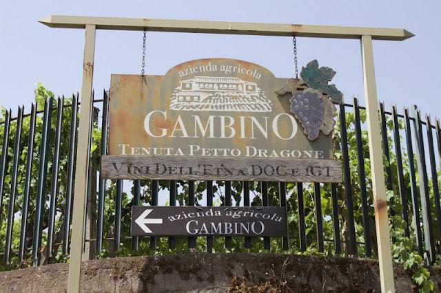 Placa que sinaliza a entrada para a Gambino Vini