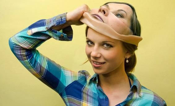Mujer quitándose la mascara del síndrome del impostor