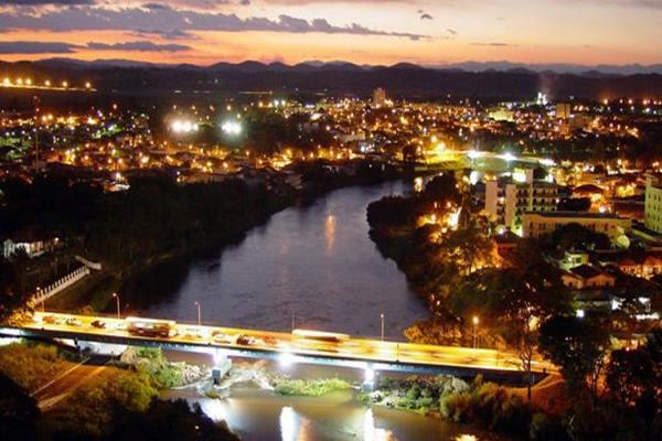 Foto de noturno da cidade de Jacareí no Vale do Paraíba/SP
