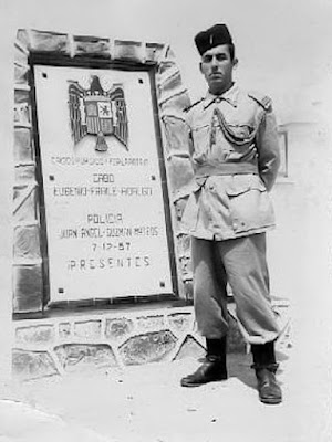 Monolito levantado en memoria del cabo Fraile y el policía Guzmán (Foto de Jaime Juan Cremades que posa ante el mismo en mayo de 1962)