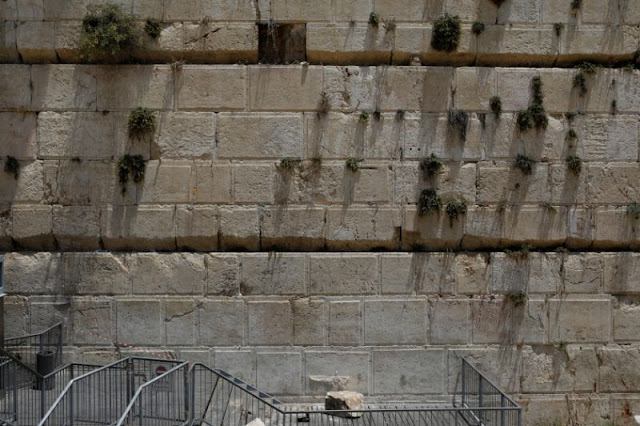 Stone Drops From Western Wall, Narrowly Missing Worshipper