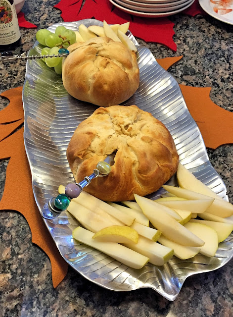 thanksgiving table setting decor ideas baked brie cheese dinner