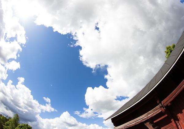 PauMau blogi nelkytplusbloggari nelkytplus kesäkuu pieni lintu haaste haasteblogi kesä taivas pilvet kesäpäivä aurinkoinen ilma aurinko vanha aitta samayang 8 mm fisheye kalansilmäobjekti tarkennus  old building farmhouse vanha pihapiiri hirsiaitta punamulta 1800-luku rakennus kaksikerroksinen
