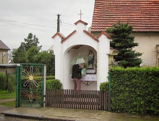 Kapliczka we wsi Ujeździec.
