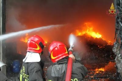 Il personale dei Vigili del Fuoco in azione nello spegnimento dell'incendio del Morrone (foto tratta dal sito www.rete8.it)