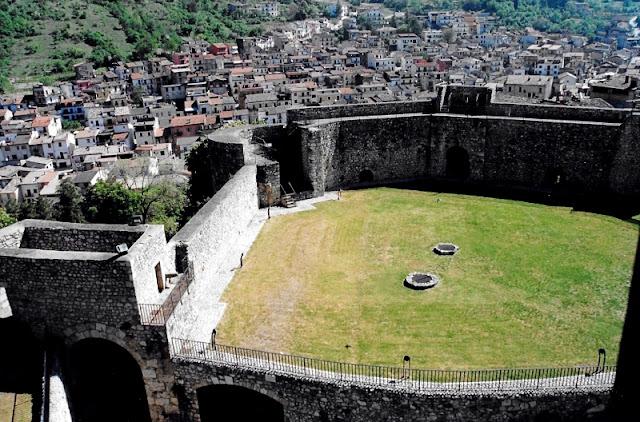 CASTELLO-DI-CELANO-CORTILE-INTERNO