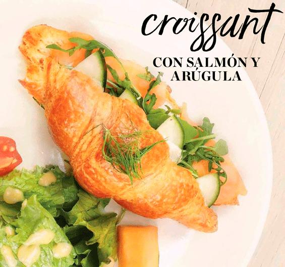 Desayuno saludable: Croissant con Salmon y Arugula