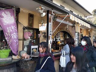 湘南ビールとソーセージの店、そして通行人の笑顔