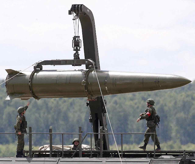 O míssil Iskander (SS-26 Stone para a NATO) de curto alcance pode levar cabeças nucleares