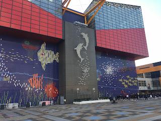 Detalle de la fachada del acuario con defines