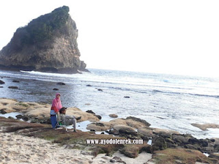Bersma istri tercinta menikmati keindahan Pantai Ngudel, Malang