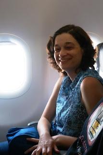 Fotografia da Herminia dentro do aviao, no seu batismo de voo