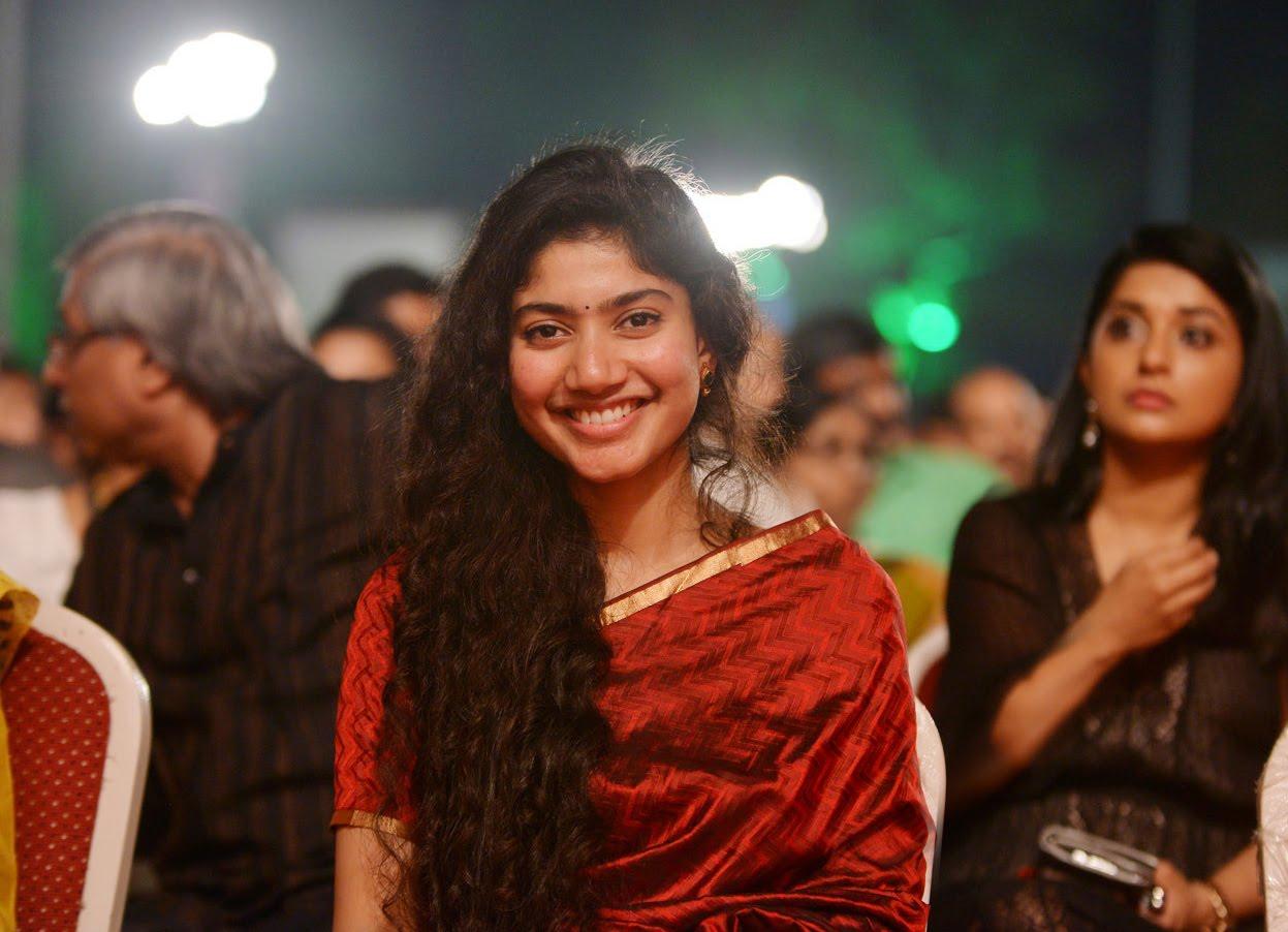 Sai Pallavi hot in red saree