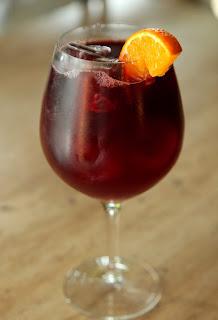 Bebida fría de vino tinto con naranja