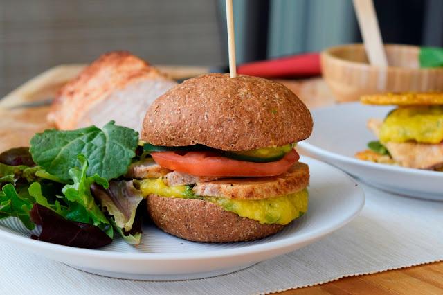 Sándwich de lomo con salsa de mango y albahaca