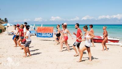 Cours de danse avec aniateur de club vacances Bravo Club à la plage