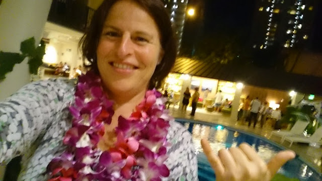 Hawaii - Barbara mit Leis im Hotel Surfjack, Honolulu