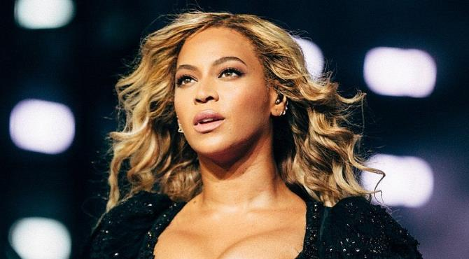 Beyonce has postponed the New Jersey stop of her Formation world tour after doctors told her she needs to rest her voice.  The singer, who celebrated her 35th birthday on Sunday, released a statement to say the gig would now take place on 7 October.  She will continue with concerts in cities including Los Angeles, Houston, New Orleans and Atlanta as planned.  The tour, which supports her album Lemonade, began in Miami on 27 April.  It was supposed to end in Nashville on 2 October but now it looks like New Jersey will be the last date she'll play.  As part of her birthday celebrations over the weekend, she and husband Jay Z attended the Made in America Festival in Philadelphia.