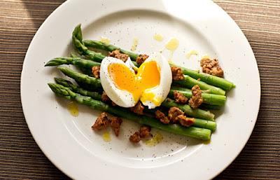 الهليون مع البيض المسلوق اكلة خفيفة تساعد في حرق الدهون سريعا