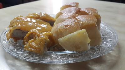 pisang goreng serta kue selai serikaya suka hati