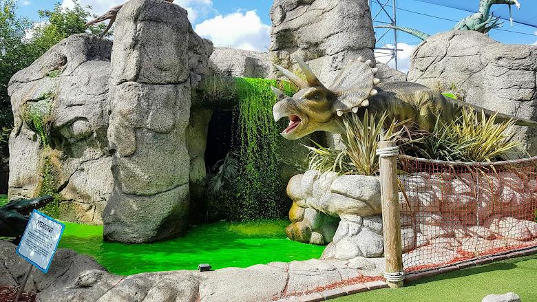 園區內的恐龍與造景,綠色的水感覺有點奇怪