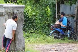 Memergoki dua orang sedang berduaan di hutan
