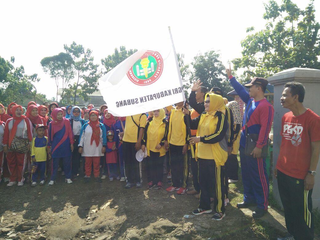 Plt Bupati Subang Melepas Gerak Jalan Santai dalam Rangka HUT Korpri, PGRI dan HKN