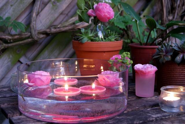 Glasschale mit selbst gemachten Schwimmkerzen und Rosenblüten