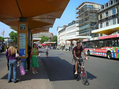 Parada bus, bus stop, Bonn, Alemania, round the world, La vuelta al mundo de Asun y Ricardo, mundoporlibre.com