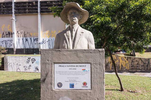 Um busto de Santos Dumont