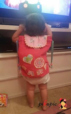Sara con su mochila personalizada para la guardería Pikapic.
