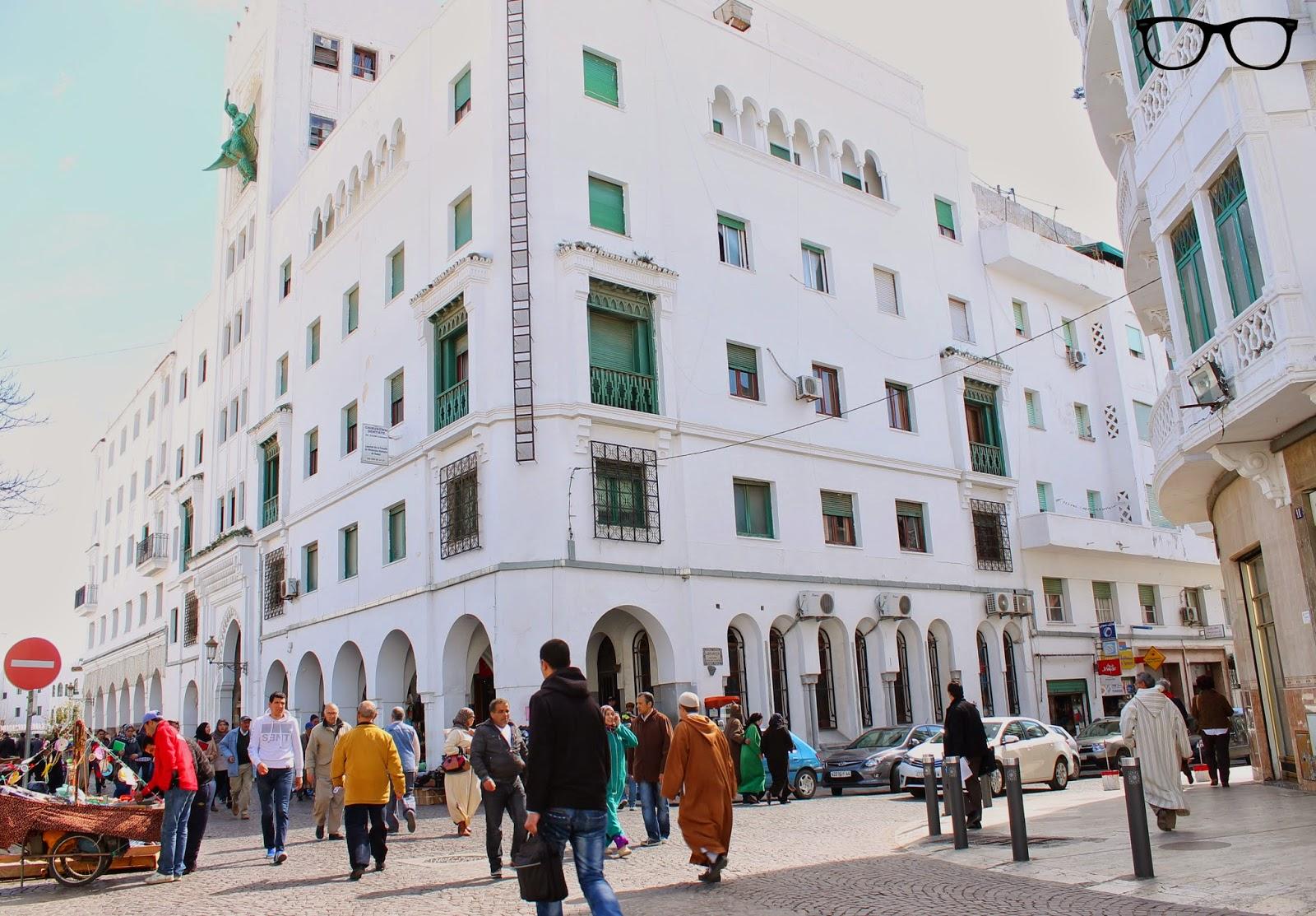 Cruce con edificio blanco