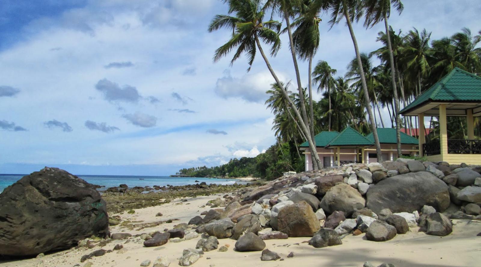 wisata indonesia Pantai Sumur Tiga travelling