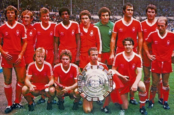 Jugadores del Nottingham Forest posando con la Charity Shield