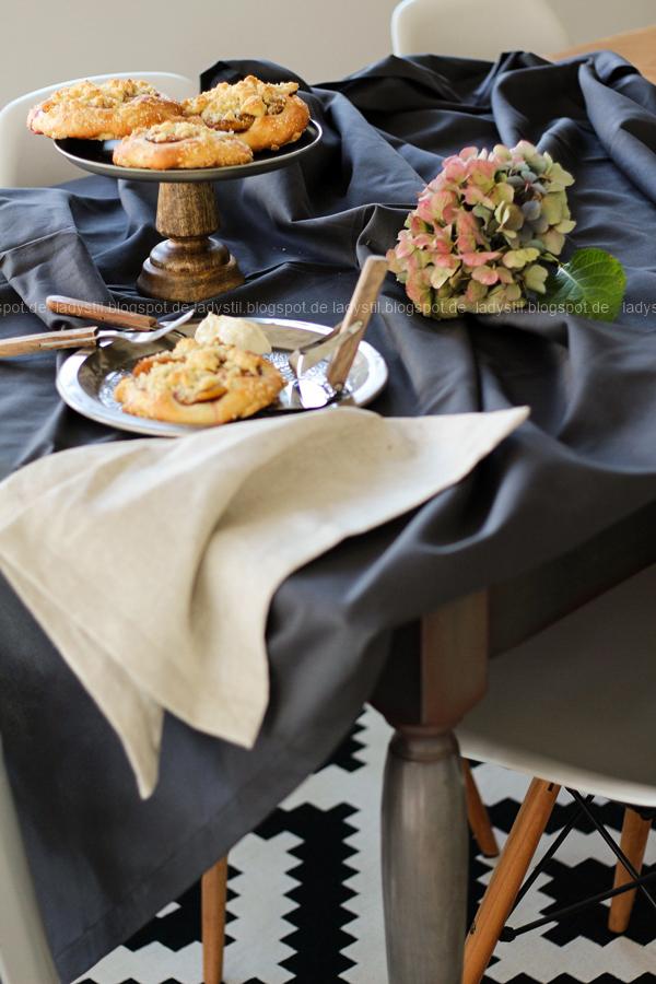 gedeckter Tisch mit Pflaumenteilchen a la Oma