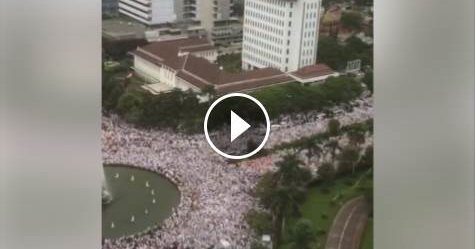 VIDEO: Merinding! Jutaan Umat Muslim Membuat Kawasan Monas Jadi Lautan Putih