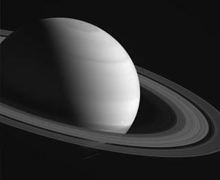 """¿Por qué las """"lunas de anillo"""" de Saturno tienen diferentes colores y formas?"""