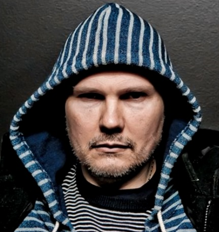 Foto de Billy Corgan con capucha