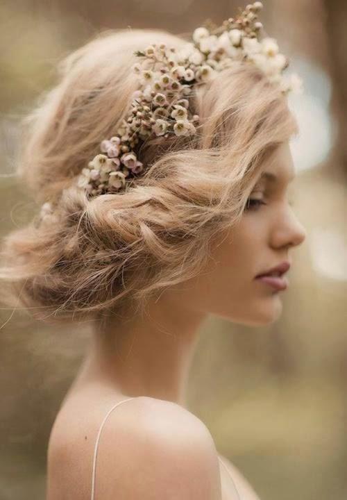 peinado de boda con corona de flores secas ideal para pelo rizado