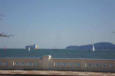 Vista de navio desde a orla marítima de Santos - SP