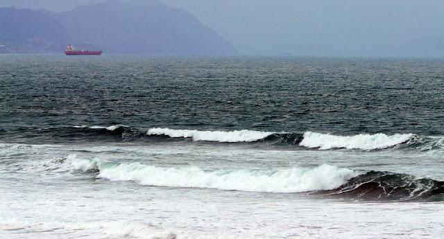 barco en el horizonte sobre la playa de sopelana