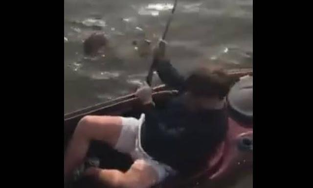 Ψαράς παθαίνει σοκ με αυτό το... πράγμα που έβγαλε με το καλάμι του (video)