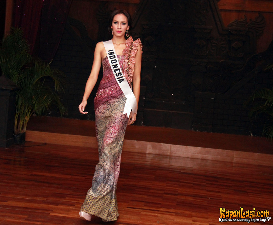 Photos Of Nadine Alexandra Dewi Ames Puteri Indonesia 2010 2011 During Official Wardrobes Presentation