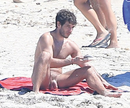 Actor naked on the beach can not