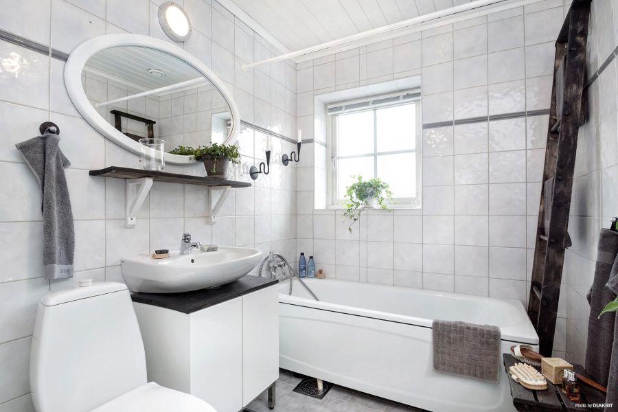 Drewniany domek w bieli i szarościach, wystrój wnętrz, wnętrza, urządzanie mieszkania, dom, home decor, dekoracje, aranżacje, scandi, styl skandynawski, scandinavian style, łazienka, bathroom