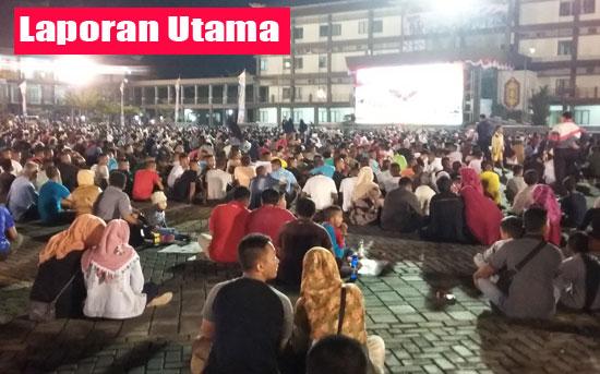 NOBAR :  Ribuan warga tumpah ruah nonton bareng film G30-s PKI di Makodam XII Tanjungpura tadi malam (22/9). Foto Asep Haryono.