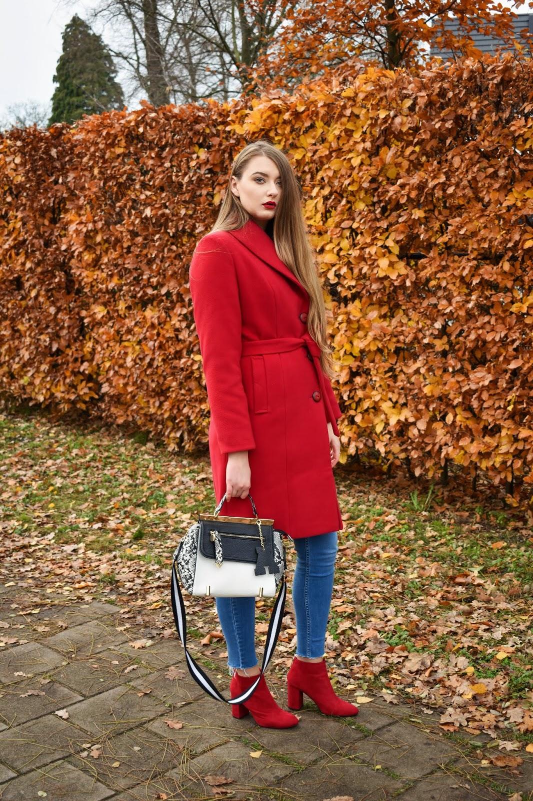 stylizacje z czerwonym płaszczem