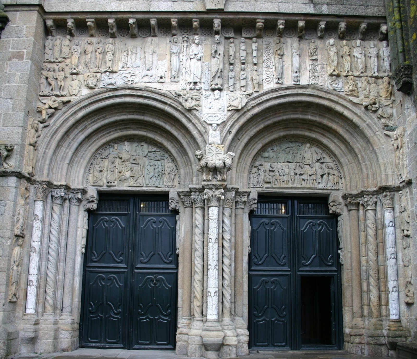 Arte magistral fachada de las plater as del maestro esteban for Fabrica de granito en santiago